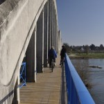 Un cycliste sur le pont