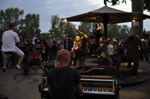 Festival de Loire 2011 : Manège à propulsion parentale