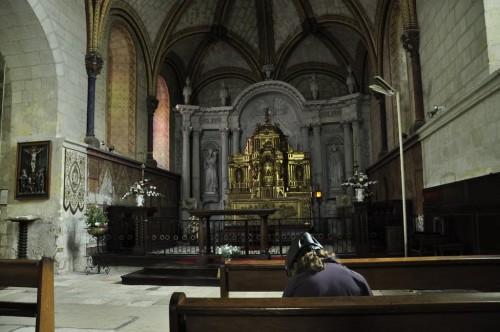 Minna fait sa prière devant l'autel de l'église st-Michel de Fonevraud-l'Abbaye