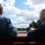 Un jeune couple sur un banc