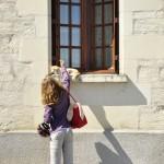 Minna discute avec un chat dans les rues de Candes-st-Martin