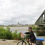 Minna devant le pont sur la Loire à Saint-Mathurin-sur-Loire